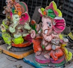 Man braucht nicht lange suchen und findet soll kleine Figuren die zu Ehren des Gottes Ganesha aufgestellt werden. Ganesha ist der Glücksgott. Unter der Bezeichnung Vinayaka ist er auch aus dem Tantra bekannt, wo er als begnadeter Tänzer und beweglicher Liebhaber verehrt wird.