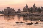 Blick über den Fluß Betwa auf mehrere Kenotaphe/Chhatris