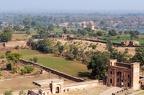 Eingangstor zum Jahangiri Mahal. Im Hintergrund wieder Kenotaphen