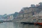 ... mit Müll am Ende der Treppe. Ein normales Bild in Varanasi